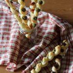 Spiedini di sfoglia con wurstel e olive