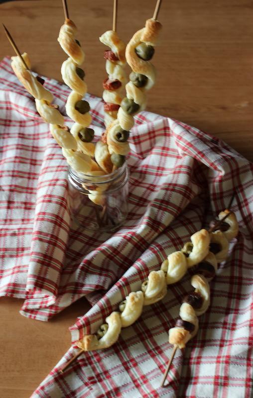 spiedini di sfoglia wurstel e olive