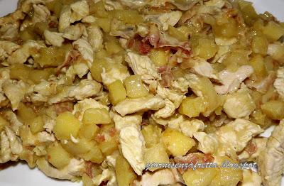 straccetti di pollo al curry con mele e pancetta