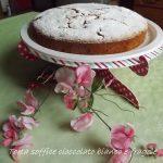 Torta soffice con fragole e cioccolato bianco