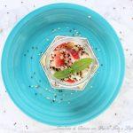 Insalata di quinoa, pesche bianche, feta e lupini