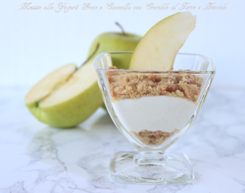 Coppe allo yogurt greco con sbriciolato al farro e nocciole