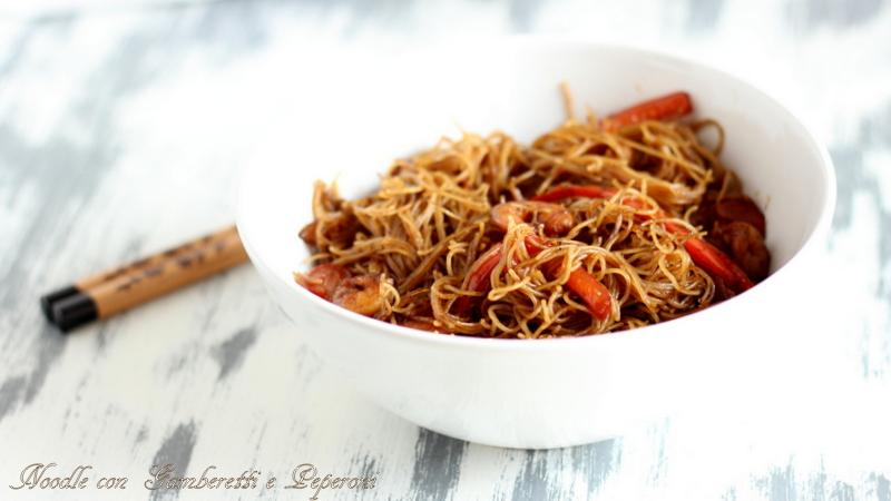 noodle con gamberetti e peperoni