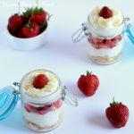 mousse allo yogurt greco e panna con fragole
