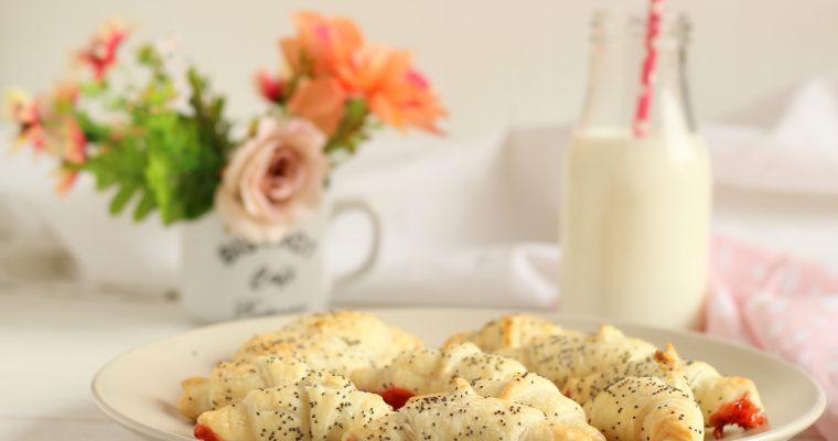 Cornetti di sfoglia con confettura alle fragole